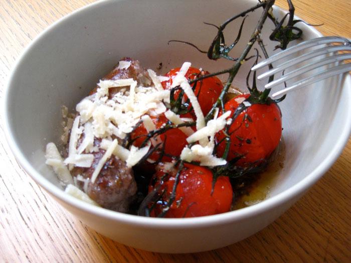 Bakad tomat med korv och parmesan