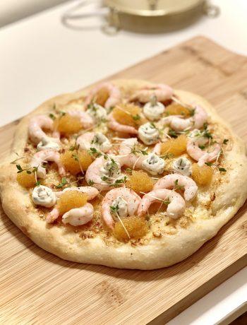 Pizza med räkor och löjrom